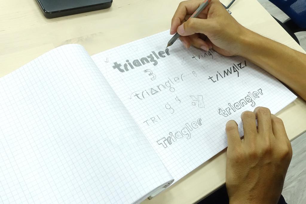以英文triangler文字商標為目標的設計草稿